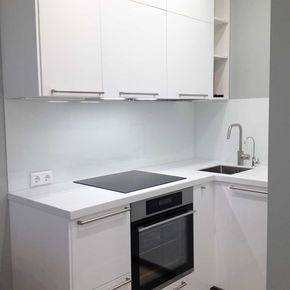 Стеклянный фартук для белой кухни