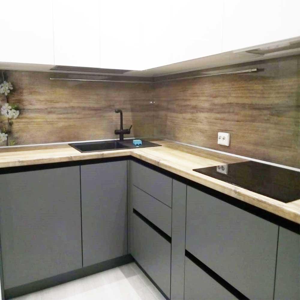 серая кухня с деревянной столешницей и фартуком
