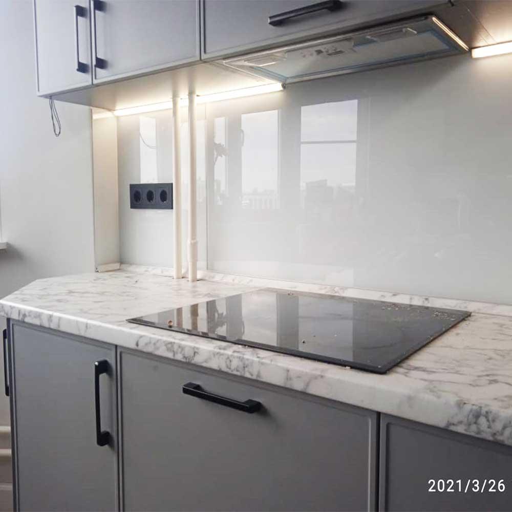 Стеклянный фартук на кухню однотонный фото