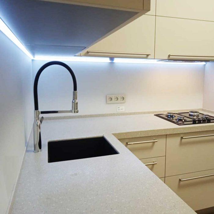 Стеклянный фартук для светлой кухни фотография
