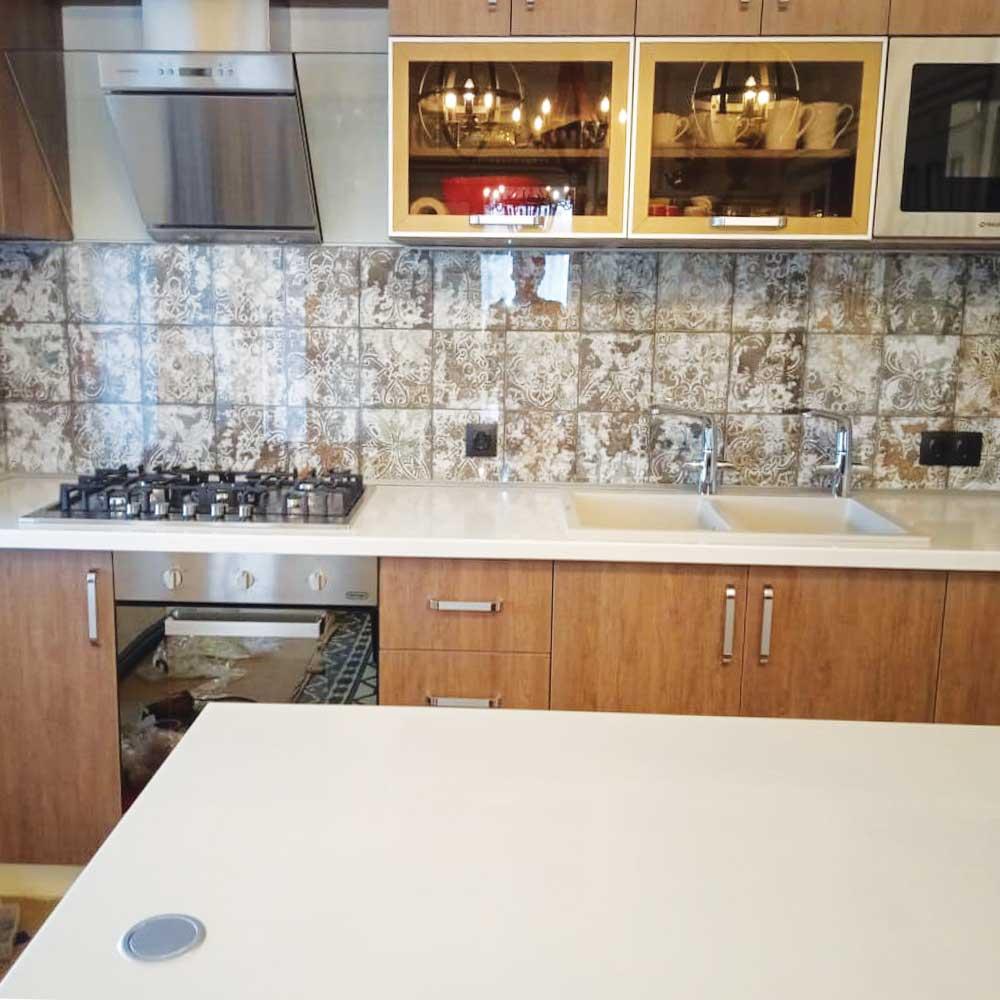 Фото прозрачного стеклянного фартука на кухню