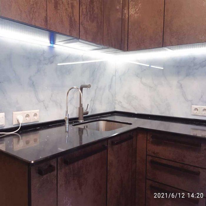 Кухонный фартук с подсветкой из стекла фото