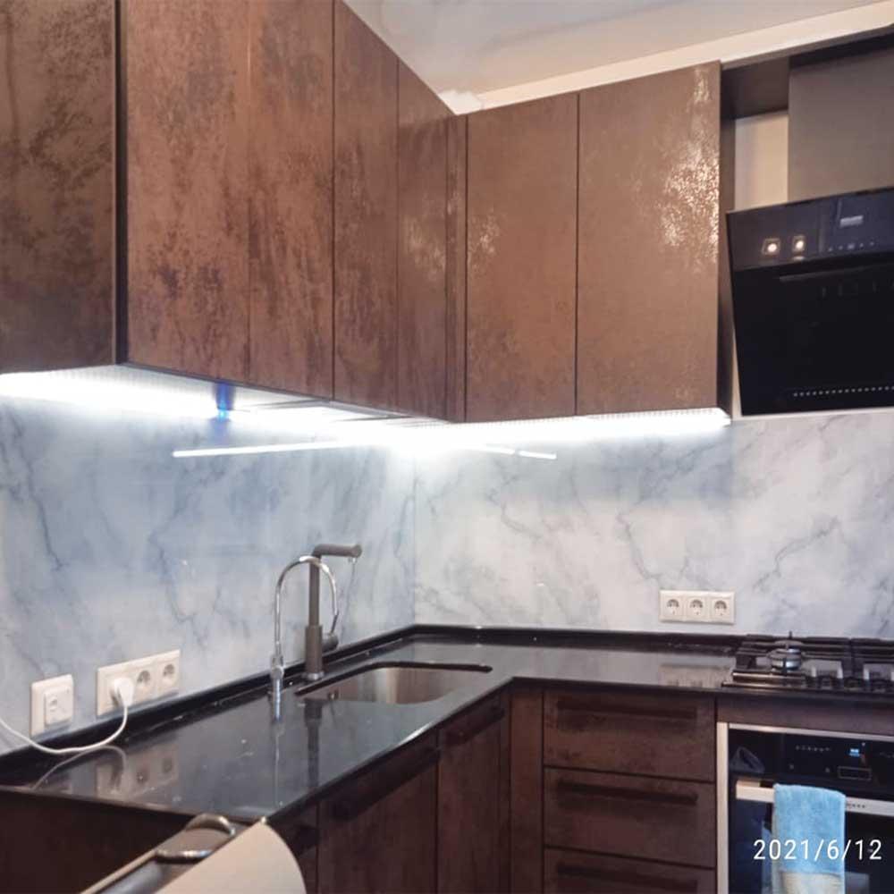 Кухонный фартук с подсветкой из стекла