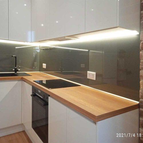 Фото стеклянного фартука для кухни с подсветкой