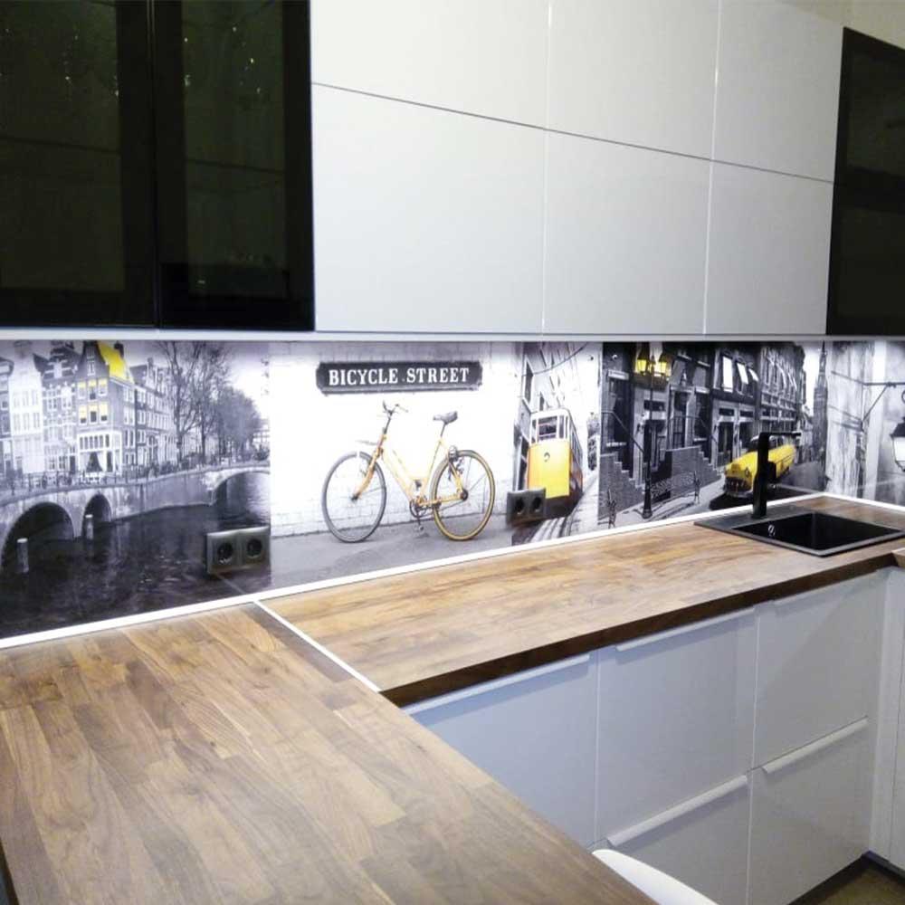 Фото кухни с фотопечатью на скинали